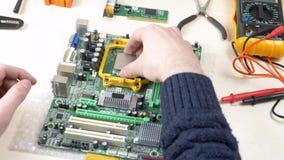 Het installeren van cpu op groene motherboard stock video