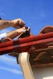 Het installeren van dakgoot Stock Fotografie