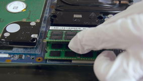 Het installeren van directe toeganggeheugen in PC stock footage