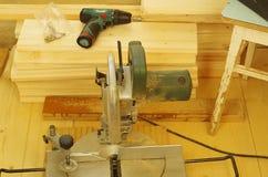 Het installeren van een de vloermateriaal en hulpmiddelen van het pijnboomhout royalty-vrije stock afbeeldingen