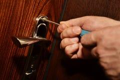 Het installeren van een deurslot Stock Foto