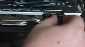 Het installeren van een grafiekkaart op computermotherboard met hand stock footage