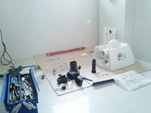 Het installeren van een toilet Stock Fotografie