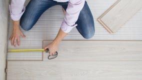 Het installeren van houten gelamineerde bevloering Stock Fotografie