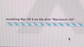 Het installeren van MAC OS X op de vooruitgangsbar van de iMaccomputer stock videobeelden