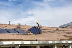 Het installeren van nieuwe zonne op woonplaats stock afbeeldingen