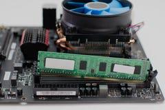 Het installeren van RAM op motherboard royalty-vrije stock foto's