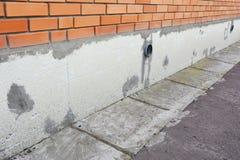 Het installeren van Stijve Schuimisolatie bij plakken en stichtingen De isolatie van het stichtingshuis voor energie - besparing royalty-vrije stock afbeeldingen