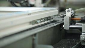 Het installeren van venstershardware in fabriekslijn work stock footage