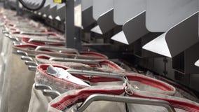 Het installeren van zak voor geautomatiseerd pakket sorterend systeem stock video