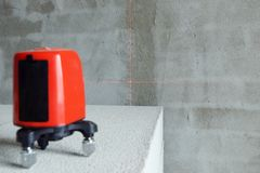 Het instrument van het laserniveau op de baksteen bij de bouw Royalty-vrije Stock Foto