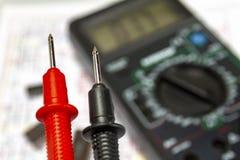 Het instrument van het sondesclose-up voor het meten van voltage, stroom, weerstand royalty-vrije stock afbeelding