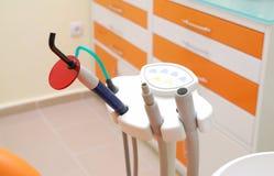 Het instrument van tandartsen op kliniek stock afbeelding