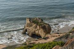 Het interessante dierlijke hoofd gaf natuurlijke rotsvorming bij Gr Stierenvechter State Beach in Malibu, Californië gestalte stock fotografie