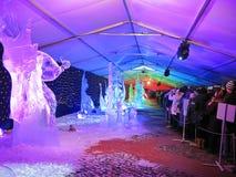 Het internationale Festival van het Ijsbeeldhouwwerk in Jelgava, Letland stock foto's
