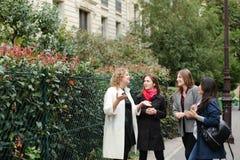 Het internationale studenten Engels leren en binnen het lopen buiten Royalty-vrije Stock Afbeeldingen