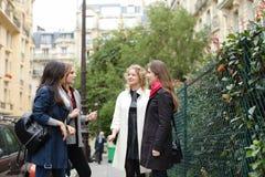 Het internationale studenten Engels leren en binnen het lopen buiten Royalty-vrije Stock Fotografie