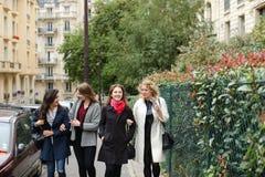 Het internationale studenten Engels leren en binnen het lopen buiten Stock Afbeeldingen