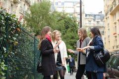 Het internationale studenten Engels leren en binnen het lopen buiten Royalty-vrije Stock Afbeelding