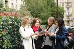 Het internationale studenten Engels leren en binnen het lopen buiten Stock Foto's
