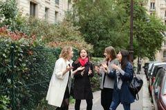 Het internationale studenten Engels leren en binnen het lopen buiten Stock Fotografie