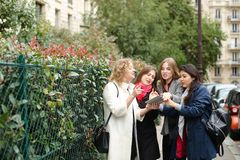 Het internationale studenten Engels leren en binnen het lopen buiten Stock Foto