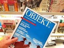 Het Internationale tijdschrift van OBJEKT in een hand stock foto's