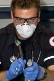 Het intubating van de paramedicus Stock Foto