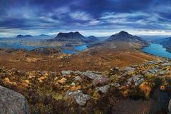 Het inverpolly natuurreservaat in noordelijk Schotland De herfstpanorama, Hooglanden Loch Lurgainn en Stac Pollaidh het UK stock fotografie
