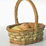 Het investeren van eierenvierkant Royalty-vrije Stock Foto's