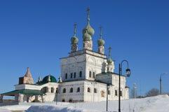 Het Ipatiev-Klooster is een mannelijk klooster, gelegen aan de bank van de Kostroma-Rivier enkel tegenover de stad van Kostroma S Royalty-vrije Stock Fotografie