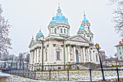 Het Ipatiev-Klooster is een mannelijk klooster, gelegen aan de bank van de Kostroma-Rivier enkel tegenover de stad van Kostroma stock afbeeldingen