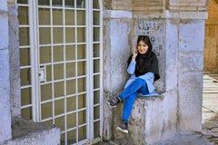 Het Iraanse meisje kleedde zich in gedwongen hijab, sprekend op telefoon, Isphahan Stock Fotografie