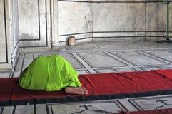 Het Islamitische vrouw bidden stock fotografie