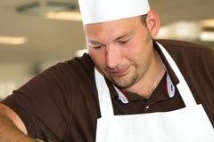 Het Italiaanse chef-kok geconcentreerd werken royalty-vrije stock foto