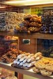 Het Italiaanse dessert van Cannoli, Siciliaanse gebakjeverticaal Stock Afbeeldingen