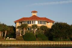 Het Italiaanse huis van de stijlluxe met aardig baksteendak. Stock Afbeelding