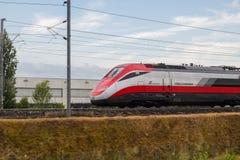 Het Italiaanse lopen van treinfrecciarossa stock foto