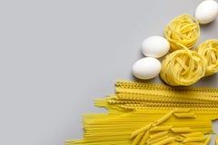 Het Italiaanse nest van de deegwarentagliatelle dat op witte achtergrond wordt ge?soleerdu royalty-vrije stock afbeelding
