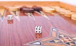 Het ivoor dobbelt op met de hand gemaakte geïsoleerde backgammonraad Royalty-vrije Stock Afbeelding