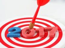 Het jaar 2017 doel, twee duizend zeventien met het pijltjepijl die van onduidelijk beeld rode bullseye doel raken centreert dartb Royalty-vrije Stock Foto