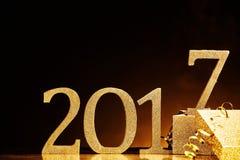 Het jaar 2017 in goud dichtbij doos Stock Afbeelding