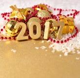 het jaar gouden cijfers van 2017 aangaande de achtergrond van Kerstmisdecorati Royalty-vrije Stock Foto