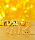 het jaar gouden cijfers van 2016 en gouden Kerstmisdecoratie Stock Foto
