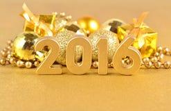 het jaar gouden cijfers van 2016 en gouden Kerstmisdecoratie Stock Afbeelding