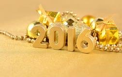 het jaar gouden cijfers van 2016 en gouden Kerstmisdecoratie Royalty-vrije Stock Afbeelding