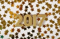 het jaar gouden cijfers van 2017 en gouden sterren op een wit Stock Afbeelding