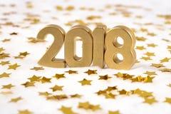 het jaar gouden cijfers van 2018 en gouden sterren op een wit Stock Foto