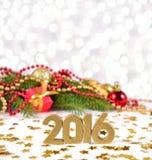 het jaar gouden cijfers van 2016 en Kerstmisdecoratie Stock Foto