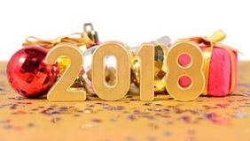 het jaar gouden cijfers van 2018 en Kerstmisdecoratie op een wit Royalty-vrije Stock Foto